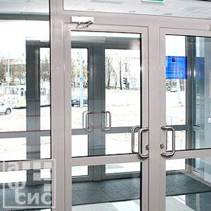 алюминиевая дверь во входной группе