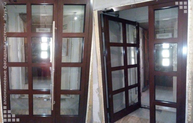 входная алюминиевая дверь с доводчиком